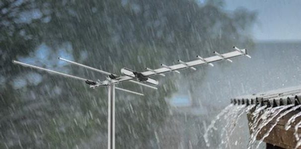 Mediasonic HOMEWORX HDTV Outdoor Antenna in the rain.